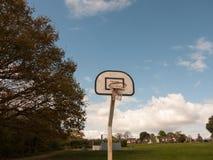 一个唯一篮球篮在没有一个的公园或人Aroun 库存照片