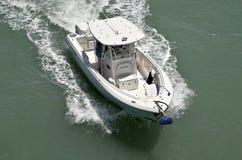 一个唯一船外引擎供给动力的一条开放体育运动垂钓小船 免版税图库摄影
