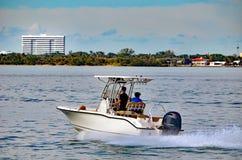 一个唯一船外引擎供给动力的小体育运动垂钓小船 免版税库存图片