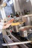 一个商业厨房的整洁的内部 免版税库存照片
