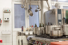 一个商业厨房的整洁的内部 图库摄影