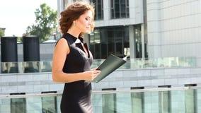 读一个商业合同的美丽的女商人 股票录像