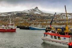 一个商业捕鱼业船坞的照片在小城市 这些捕鱼船是冰岛经济的一个关键部分和 图库摄影