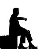 一个商人坐手提箱时间 免版税库存图片
