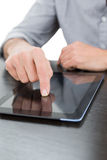 一个商人的中间部分使用数字式片剂的在桌上 免版税库存照片