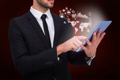 一个商人的中间部分的综合图象使用数字式片剂个人计算机的 免版税库存照片