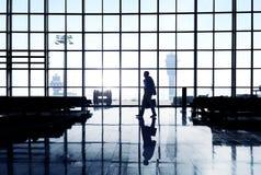 一个商人的剪影在机场终端 库存图片