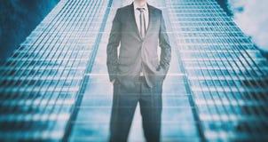 一个商人的反射在现代摩天大楼 商业领袖,事业成长 免版税库存图片