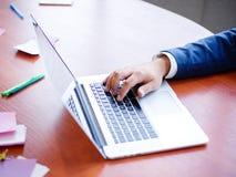 一个商人的手在膝上型计算机后的研究未来想法 免版税库存照片