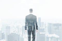 一个商人的背面图在看都市风景的衣服的 图库摄影