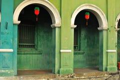 一个商店房子的五颜六色的大厦和走道在槟榔岛,马来西亚 免版税库存照片
