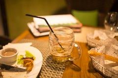 一个啤酒杯在餐馆 免版税图库摄影