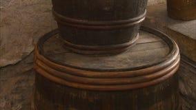 一个啤酒桶在客栈 影视素材