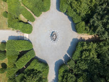 一个喷泉和一个花园的鸟瞰图有花圃和花瓶的 图库摄影