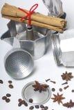 一个喷泉咖啡机器以被拆卸的形式在桌上 它是可看见的香料:茴香、康乃馨、桂香和芬芳p 库存照片