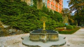 一个喷泉在庭院里在波兰-在国家北部-在森林-俯视中间的一座城堡树和好漂亮的东西或人 免版税库存图片