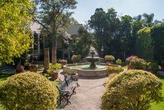 一个喷泉在庭院里 库存图片