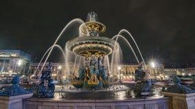 一个喷泉在晚上到位de la协和飞机在巴黎,法国 免版税库存照片