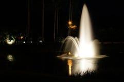 一个喷泉在晚上 免版税库存照片
