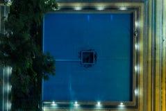 一个喷泉的抽象看法在香港在晚上 库存照片