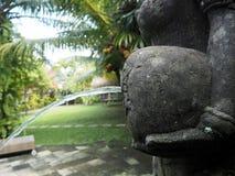 一个喷泉雕象的水罐的细节在一个庭院里在巴厘岛,印度尼西亚 免版税库存图片