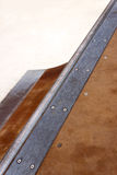 一个四分之一管子的路轨在冰鞋公园 库存图片