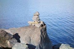 一个因纽特人岩石石标在育空地区 库存图片
