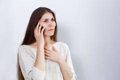 一个困厄的少妇的画象谈话在电话 库存照片