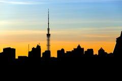 一个困城市的对比或,当太阳设置了 免版税库存照片