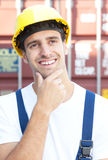 一个国外容器的英俊的码头工人infront 库存图片
