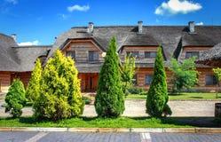 一个国家庄园的一个私有木房子在一个明亮的夏日 图画家庭房子例证农村草图村庄 免版税图库摄影