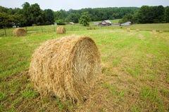一个圆干草堆和农场蓝色里奇高速公路的在北卡罗来纳 免版税库存照片