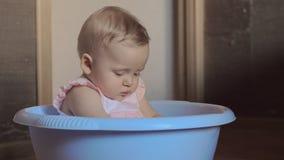 一个圆的蓝色木盆的2可爱宝贝女孩 影视素材