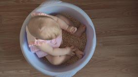 一个圆的蓝色木盆的1可爱宝贝女孩 股票视频