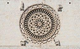 一个圆花窗的特写镜头,圣法兰西斯,阿西西,意大利大教堂  免版税库存图片