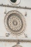 一个圆花窗的特写镜头,圣法兰西斯,阿西西,意大利大教堂  库存照片