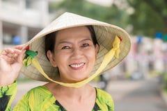 一个圆锥形帽子的妇女 免版税库存照片