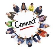 一个圈子的不同的人与连接概念 免版税库存照片