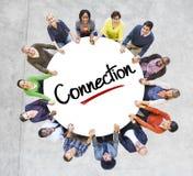 一个圈子的不同的人与连接概念 免版税库存图片