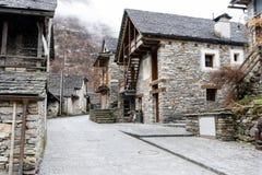 一个土气传统山镇的看法在南瑞士的阿尔卑斯 免版税库存照片