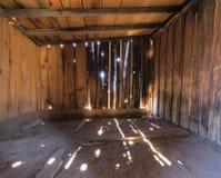 一个土气老木谷仓的内部 库存照片