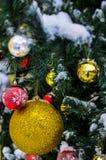 一个圣诞树玩具的特写镜头在一棵积雪的圣诞树的在假日新年和圣诞节的前夕 库存照片