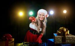 一个圣诞老人帽子的DJ女孩圣诞节的 库存照片