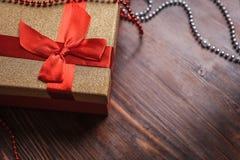 一个圣诞节礼物的一个箱子在木背景 图库摄影