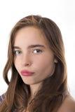一个在丝毫隔绝的十几岁的女孩亲吻的嘴唇的特写镜头画象 库存照片