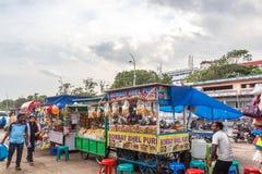 一个在小游艇船坞海滩的场面在bhel puri商店或摊位与黑暗的天空在背景中,金奈,印度2017年8月19日 库存照片
