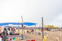 一个在小游艇船坞海滩的场面在bhel puri商店或摊位与黑暗的天空在背景中,金奈,印度2017年8月19日 免版税库存照片