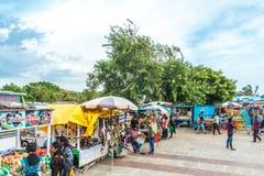 一个在小游艇船坞海滩的场面在bhel puri商店或摊位与黑暗的天空在背景中,金奈,印度2017年8月19日 免版税库存图片