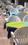一个在露天的咖啡馆的桌与白色椅子的 免版税图库摄影