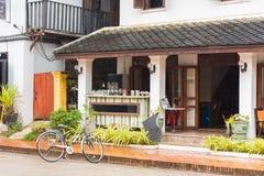 一个地方咖啡馆的大厦的门面的看法, Louangphabang,老挝 复制文本的空间 库存图片